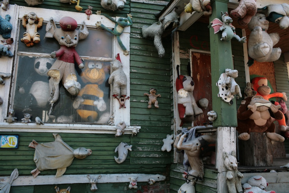 These are cute but abandoned soft toys who live their lifes as part of the Heidelberg Project in the city of Detroit